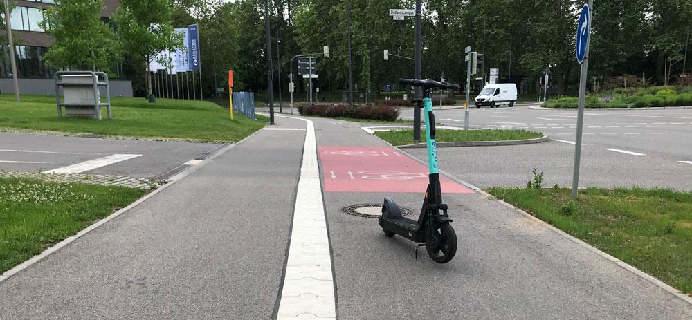 Geparkter E-Tretroller versperrt Fahrradweg