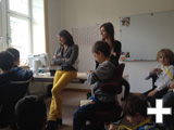 Maria Haller-Kindler diskutiert mit den Kinderstadtteilforschern über das Thema »Kinderfreundliches Stuttgart«