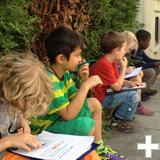 Kinderstadtteilforscher machen sich Notizen